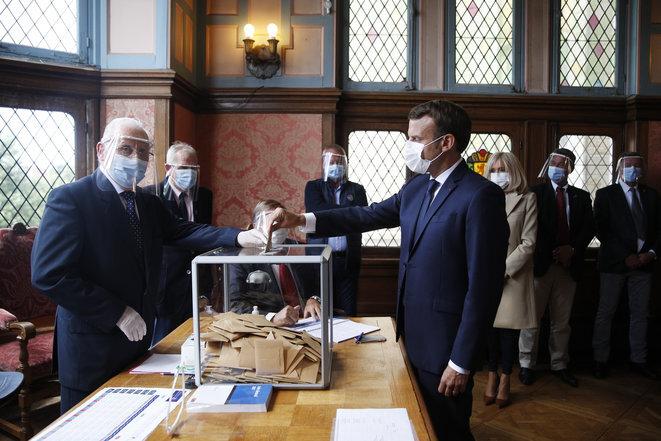 Emmanuel Macron votando en Le Touquet (Pas-de-Calais) durante la segunda vuelta de las elecciones municipales. © AFP