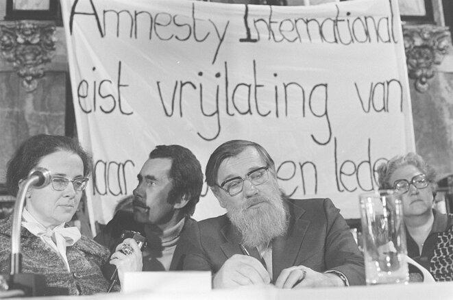 Maria Rozanova et André Siniavski à la tribune d'une réunion d'Amnesty, en novembre 1975 à Amsterdam. © Wikimedia commons, Rob Mieremet/Anefo.