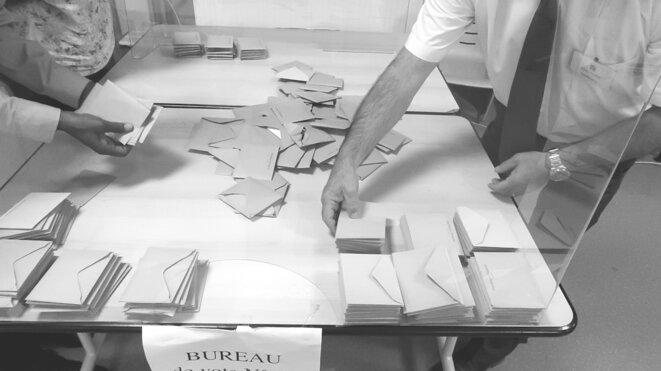 Recomptage des bulletins sortis de l'urne par le bureau de vote. (Élection municipale de Sarcelles, 2e tour, 28/06/2020.) © Luc Bentz (photo ici placée sous licence Creative Commons CC-BY-SA int. 4.0).