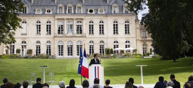Emmanuel Macron dans les jardins de l'Elysée, face aux membres de la convention citoyenne pour le climat, le 29 juin 2020. © Elysée.fr