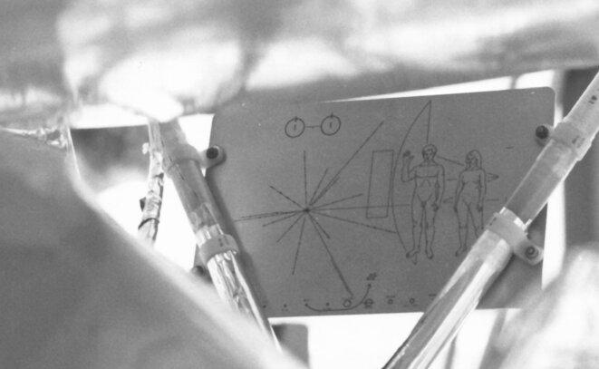 Plaque de la sonde Pioneer 10, porteur d'un message pictural de l'humanité à destination d'éventuels êtres extraterrestres © NASA/HQ