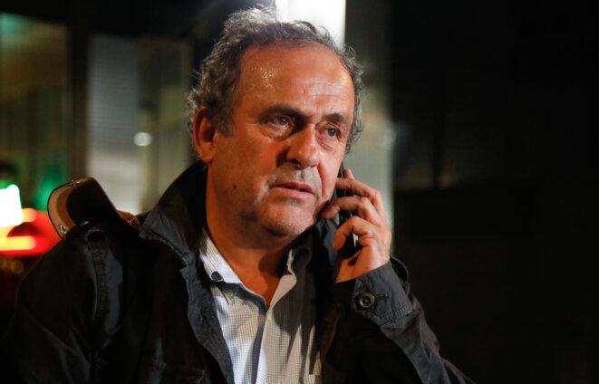 Michel Platini dans la nuit du 18 au 19 juin 2019, à la sortie de sa garde à vue dans les locaux de l'office anticorruption de la PJ à Nanterre. © AFP