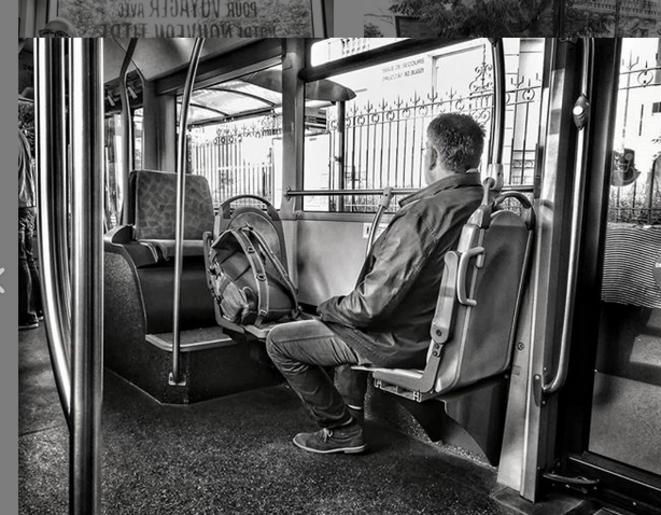 Gens du bus : l'homme-sac et son sac à dos sont assis sur deux places pour personnes âgées ou handicapées. © Luna TMG Instagram
