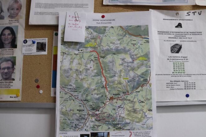 Dans les locaux de la PAF de Montgenèvre, en 2019, une carte est affichée avec le chemin emprunté par les migrants surligné en rouge. © MM