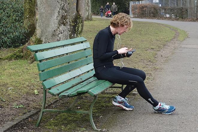 Un coureur consulte ses statistiques de santé sur son smartphone. © © Nicolas Nova / MetisPresses