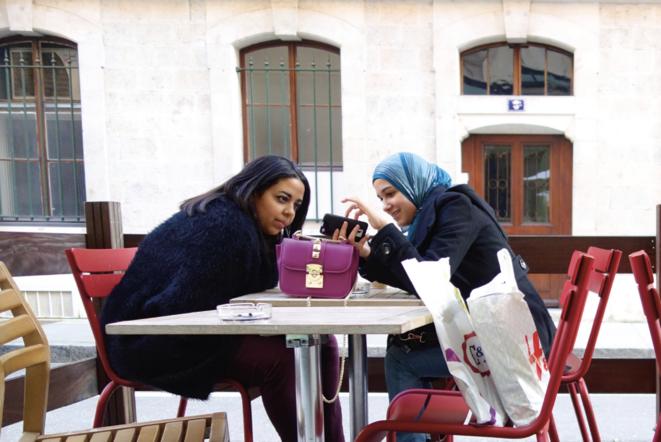 Une jeune femme montre à son amie une conversation WhatsApp (Genève, 2015). © © Nicolas Nova / MetisPresses