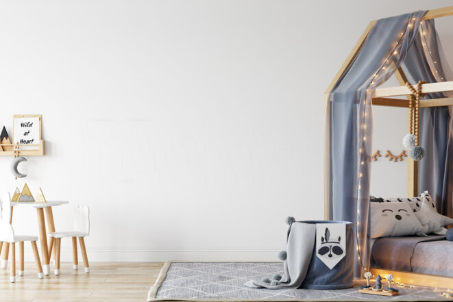 lit-au-sol-bebe-avec-cabane-en-bois