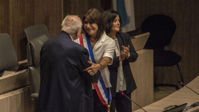 Jean-Claude Gaudin remet l'écharpe trciolore à Michèle Rubirola, la nouvelle maire de Marseille © Emilio Guzman/MARSACTU