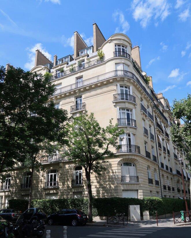 Immeuble au croisement de la rue Parmentier et de la rue Pierre-Cherest à Neuilly-sur-Seine (Hauts-de-Seine). © Celette