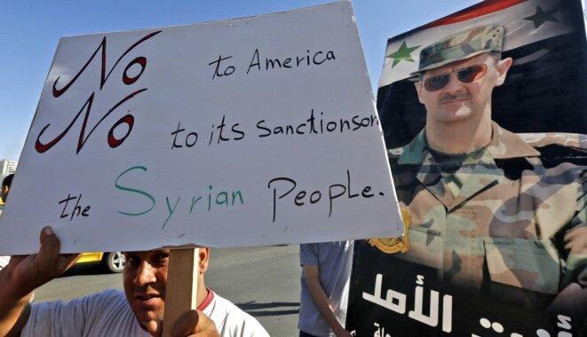 Une manifestation pro-gouvernementale contre les sanctions américaines à Damas le 11 juin 2020. © Louai Beshara/AFP