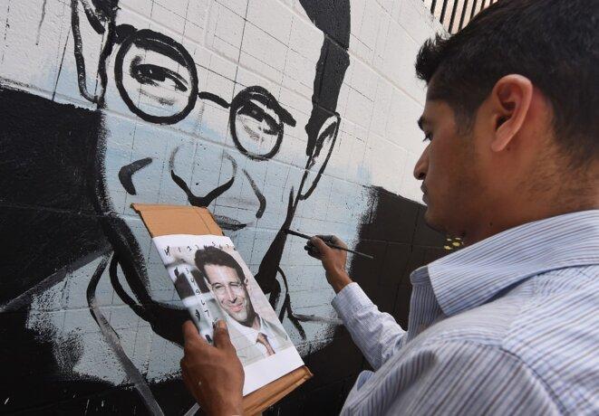 Un artiste américain, Levi Ponce, finissant un portrait de Daniel Pearl en mai 2015 à Los Angeles, aux États-Unis. © Mark Ralston/AFP