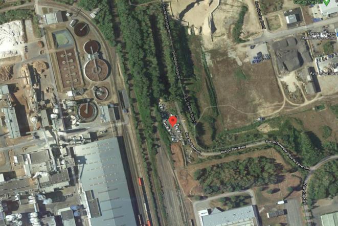 Aire d'accueil de Golbey (88), située rue du Deversoir, aux pieds de l'usine SEVESO de Norske Skorg. © google maps