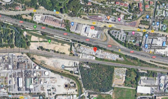 Aire d'accueil de Saint-Menet (13), située entre une autoroute, une usine Seveso seuil haut, une déchetterie, un transformateur électrique et un terrain de moto-cross © google maps