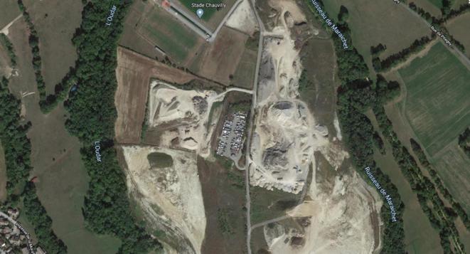 Aire d'accueil de Gex (01), située à l'écart de la ville, entre deux sites de carrières et d'enfouissement de déchet © google maps