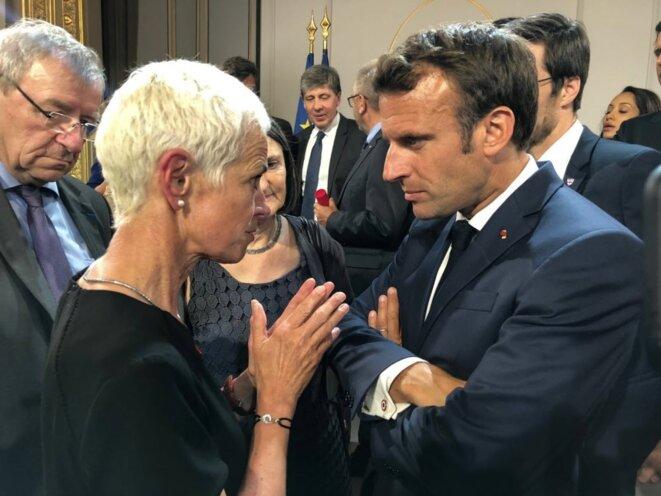 Brigitte Klinkert avec Emmanuel Macron à l'Elysée le 9 juillet 2019 lors de sa décoration comme officier de la légion d'Honneur [Photo Emmanuel Delahaye, L'Alsace]