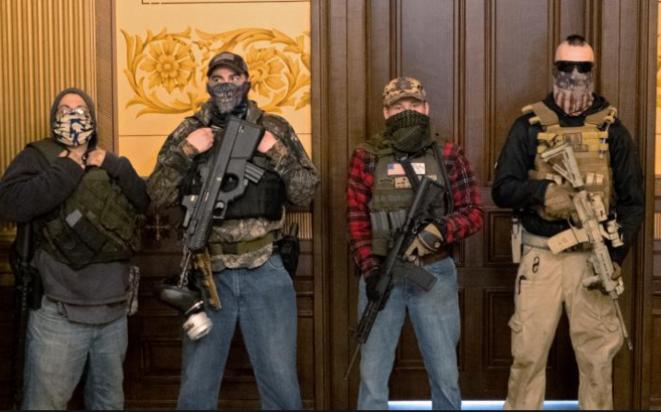 Militants, fusil d'assaut au poing, envahissant le Capitole du Michigan pour faire pression sur leurs élus afin qu'ils mettent fin au confinement. © DR