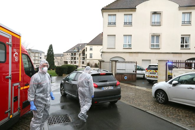 Emergency services attend to a suspected case of Covid-19 infection at a carehome in Crépy-en-Valois on March 2nd. © FRANCOIS NASCIMBENI / AFP