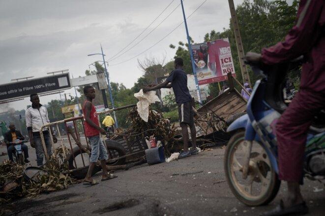 Des manifestants édifient des barricades à Bamako, le 11 juillet 2020. © Michele Cattani/AFP