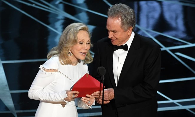 Faye Dunaway et Warren Beatty remettant l'Oscar du meilleur film 2017, Dolby Theater d'Hollywood, 25 février 2017