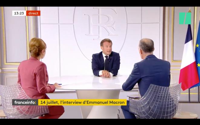 Emmanuel Macron en plein tic mitterrandien.