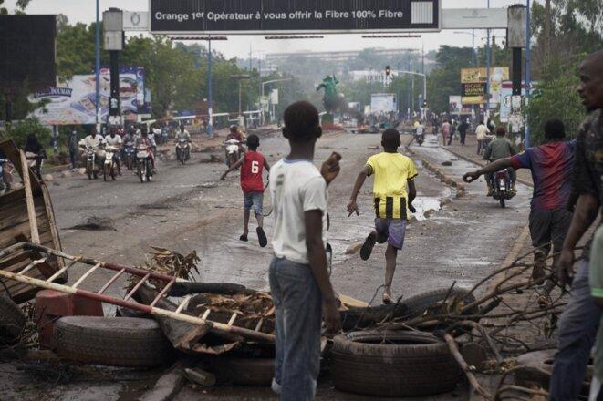 Des manifestants bloquent le pont des Martyrs à Bamako le 11 juillet 2020. © Michele Cattani/AFP