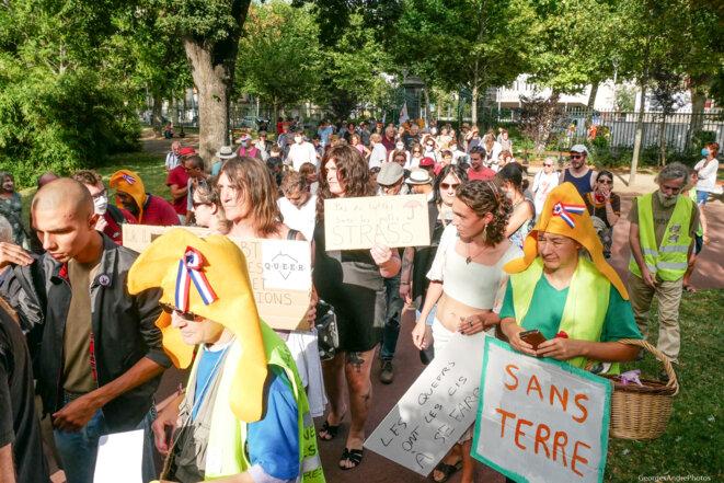 Citoyens et citoyennes entrent dans le jardin Lecoq © Georges-André Photos