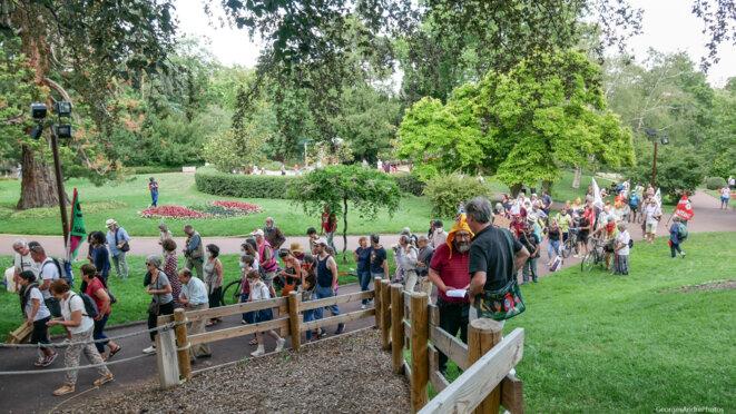Sous l'oeil attentif et souvent bienveillant du public, le cortège s'étire dans le parc © Georges-André Photos