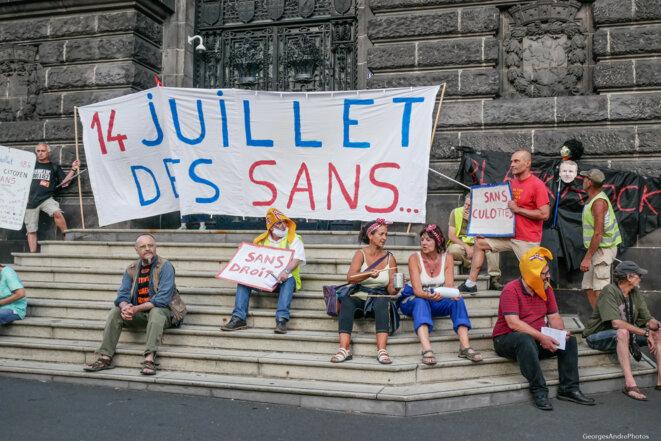 """""""14 juillet des sans"""" sur les marches de la Préfecture © Georges-André Photos"""