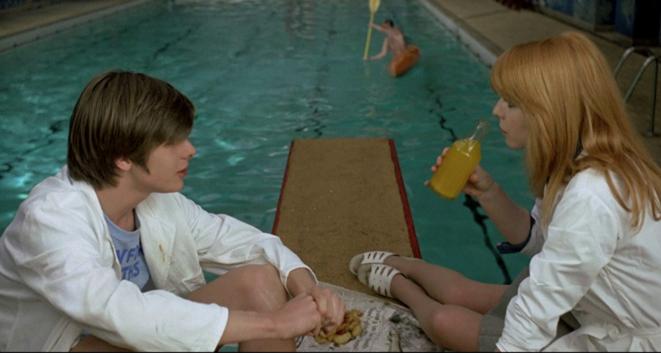 deep-mike-et-susan-de-jeunent-sur-le-plongeoir-de-la-piscine