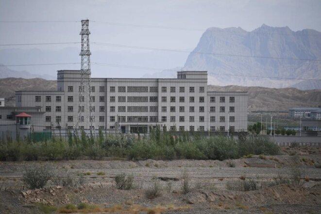Les bâtiments du centre de services à la formation professionnelle d'Artux City, dans le Xinjiang, en Chine, seraient un camp de rééducation où la plupart des détenus appartiennent à des minorités ethniques musulmanes. Photo: AFP