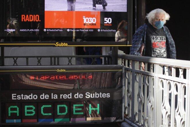 À l'entrée d'une station de métro à Buenos Aires le 11 juillet 2020. © Carol Smiljan/NurPhoto/AFP