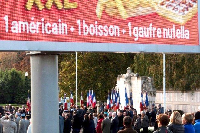 Publicité numérique pour de la restauration rapide lors de cérémonies du 11 Novembre (Épinal) © Paysages de France