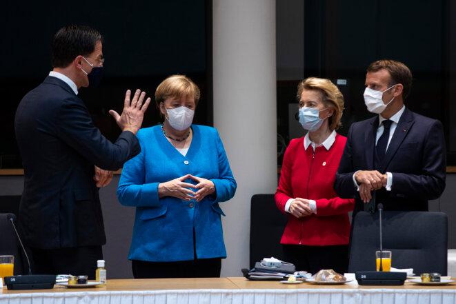 Mark Rutte (Pays-Bas), Angela Merkel, Ursula von der Leyen et Emmanuel Macron en discussion lors du sommet marathon. © Francisco Seco /  AFP