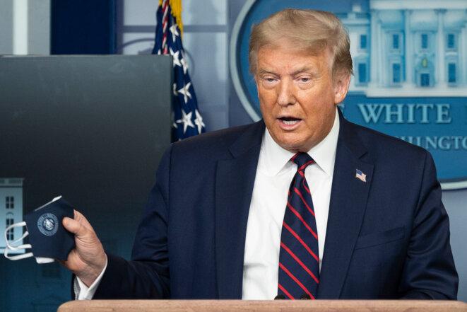 Lors de sa conférence de presse du 21 juillet, le président américain Donald Trump montre son masque et, pour la première fois, incite les Américains à en porter. Photo : JIM WATSON / AFP