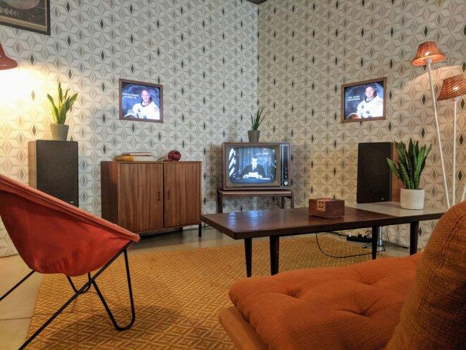 L'installation «In event of a moon disaster» à l'IDFA d'Amsterdam en 2019, reprend les codes des intérieurs américains de la fin des années60.