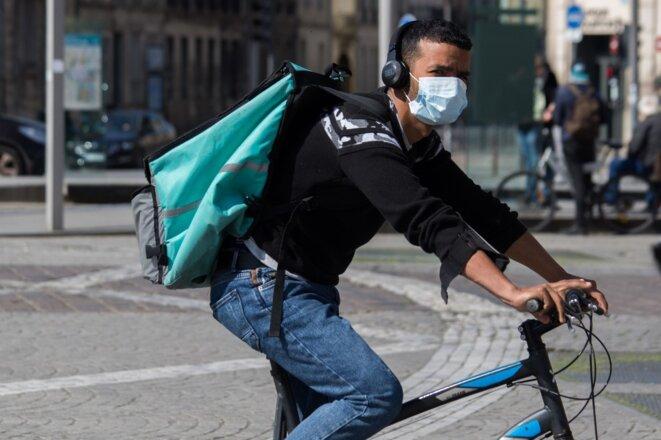 Un livreur Deliveroo à Bordeaux, le 21 mars. © Laurent Perpigna Iban / Hans Lucas via AFP
