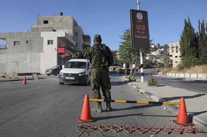 Un membre des forces de sécurité palestiniennes à un checkpoint à Bethléem le 29 juin 2020. © Hazem Bader/AFP