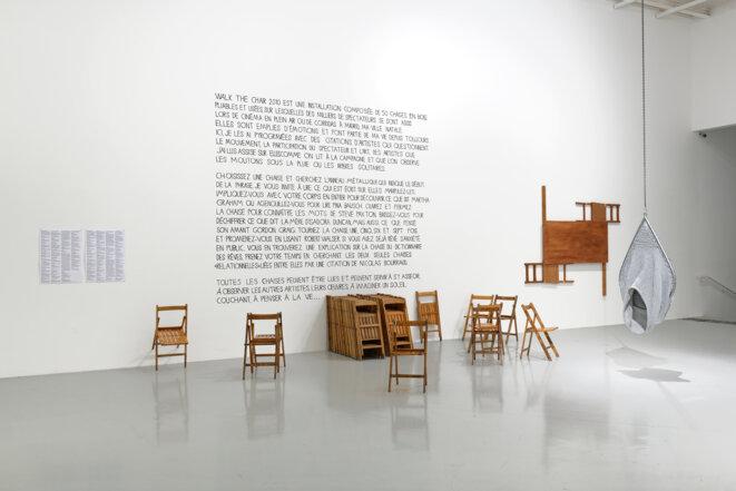 """Vue de l'exposition """"Dancing machines"""", Frac Franche-Comté, commissariat de Florent Maubert & Sylvie Zavatta, Besançon, 2020, La Ribot, """"Walk the chair"""", 2010, Installation; Christelle Familiari, """"Siège bi-place"""", 2000, Sculpture, Collection de l'artiste; Micha Laury, """"Cut Parts of Table and Chair, (Wall piece)"""", 1969/2020, Sculpture murale, Collection de l'artiste., La Ribot, """"Walk the chair"""", 2010, Installation; Christelle Familiari, """"Siège bi-place"""", 2000, Sculpture, Collection de l'artiste; © Photo : Blaise Adilon"""