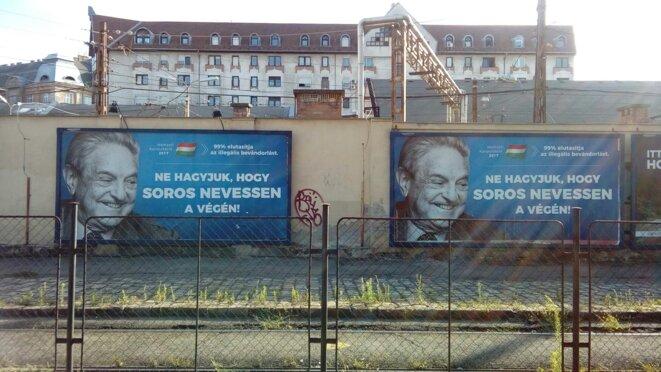 Des affiches de propagande du gouvernement hongrois : « Consultation nationale 2017 : ne laissons pas Soros avoir le dernier mot ». © C.L.