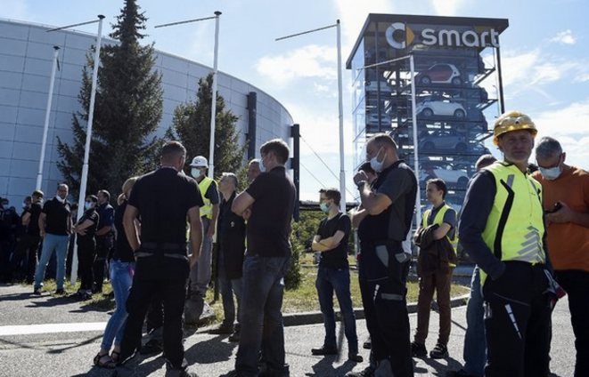 Staff gathered at the entrance of the Smart factory in Hambach, north-east France, July 9th. © J-C. Verhaegen / AFP