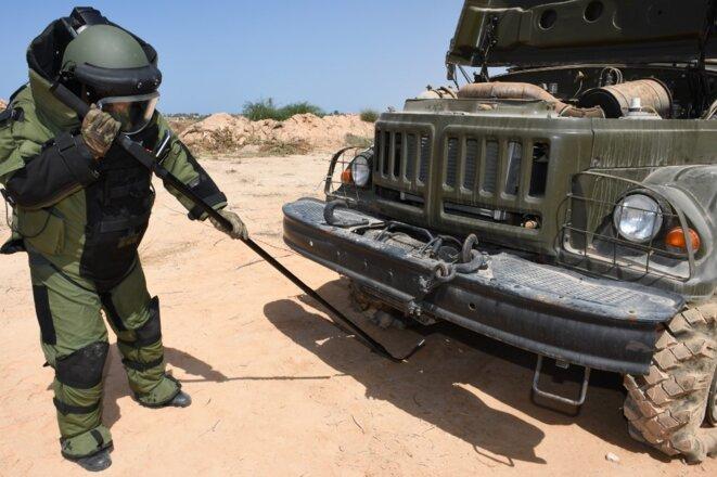 Des experts des forces armées turques forment des responsables militaires libyens à la détection et à l'élimination d'explosifs artisanaux et de mines à Tripoli, en Libye, le 18 juillet 2020. © Agence ANADOLU/via AFP