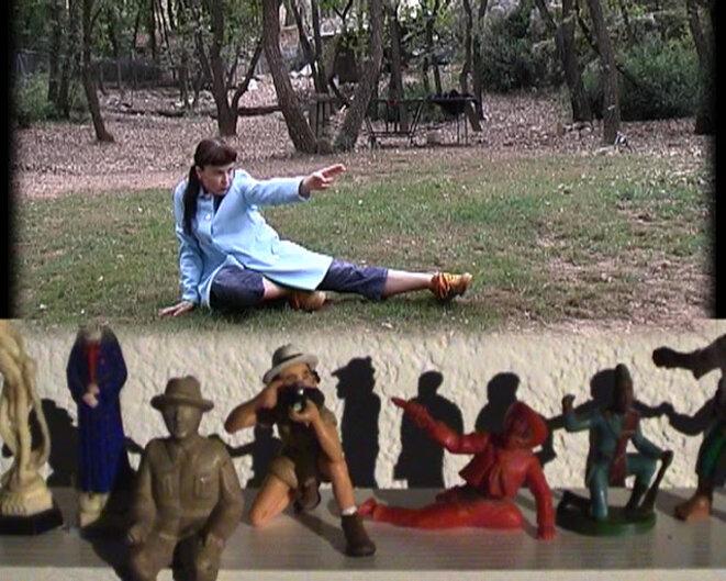"""Lydie Jean-Dit-Pannel, """"Positionnez-vous"""", installation, vidéo, 108 figurines, bois, 2001. © Lydie Jean-Dit-Pannel"""