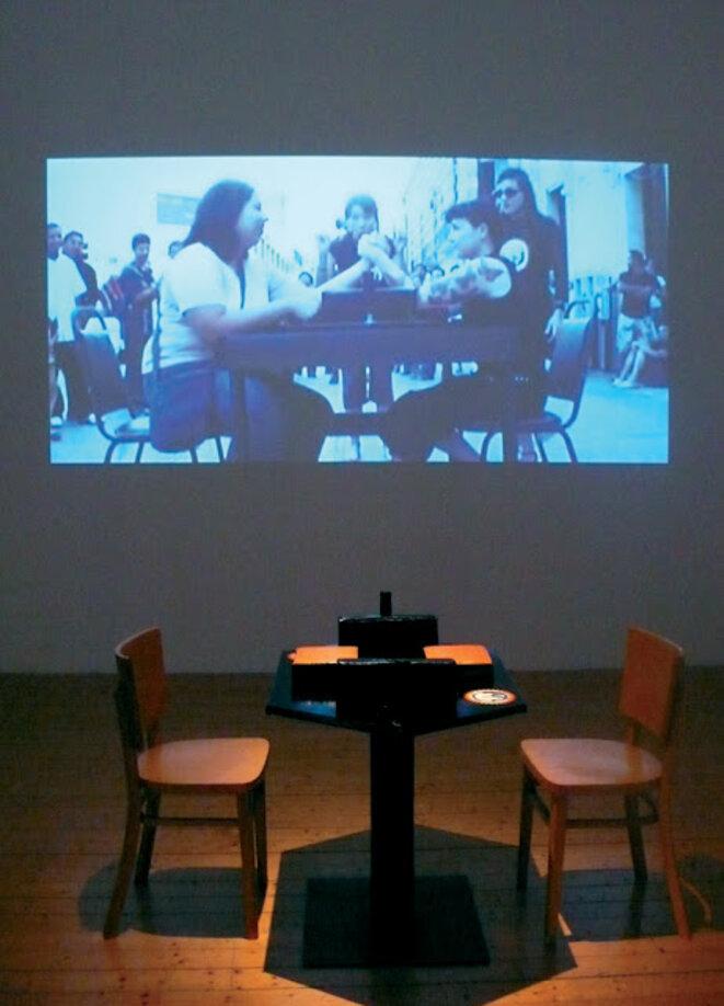 """Lydie Jean-Dit-Pannel, """"Arm in Arm Mèrida"""", installation, table de bras de fer, 2 chaises, vidéo réalisée dans le cadre du festival """"Encuentro internacional de performance de Yucatan, Mèrida, Mexique © Lydie Jean-Dit-Pannel"""