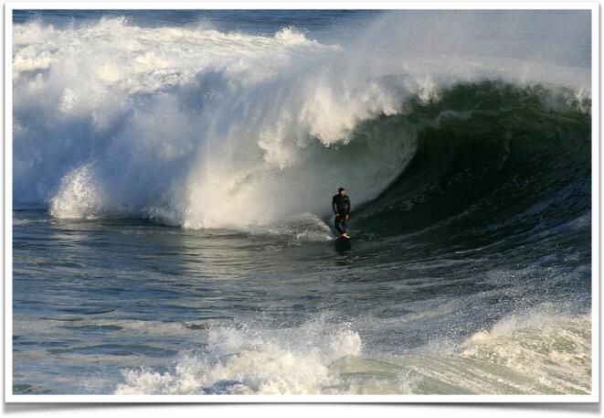 Surfer dans une vague à Santa Cruz © The Brocken Ina Glory WikiMedia