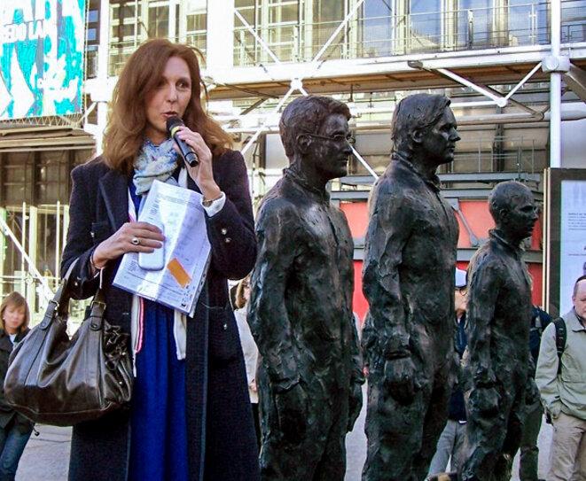 Stéphanie Gibaud, à côté de la statue des lanceurs et lanceuses d'alerte Julian Assange, Edward Snowden et Chelsea Manning.