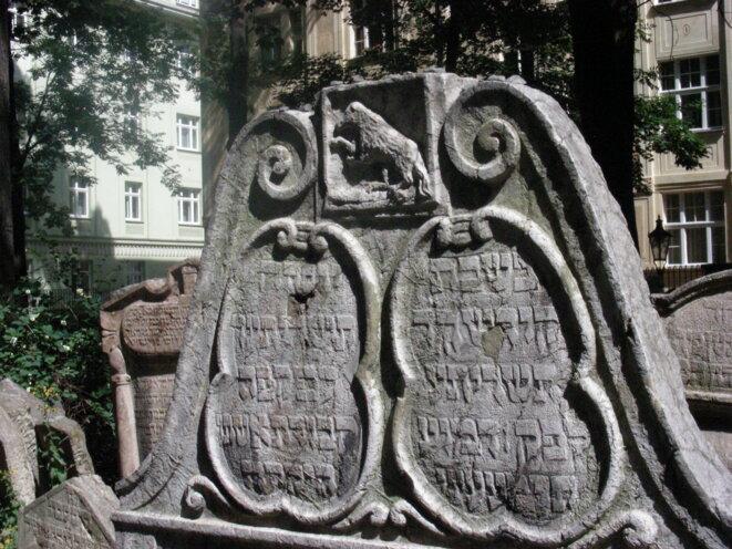 Tombe dans le cimetière de Prague, un loup sculpté représente le nom de cette famille juive [Photo YF]