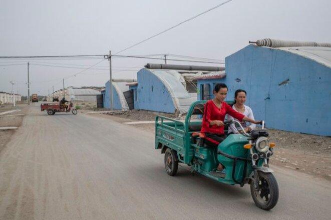 Des femmes ouïghoures sont vues dans une colonie appelée Harmony New Village au Xinjiang, en Chine, le 4 août 2019.