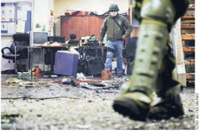 Police dans la Mairie après la bataille... © Agencia Uno