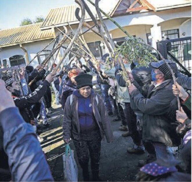Sortie de detention, après contrôles par la polices, des familles des grevistes de la faim, ayant occupé la Mairie © inconnu