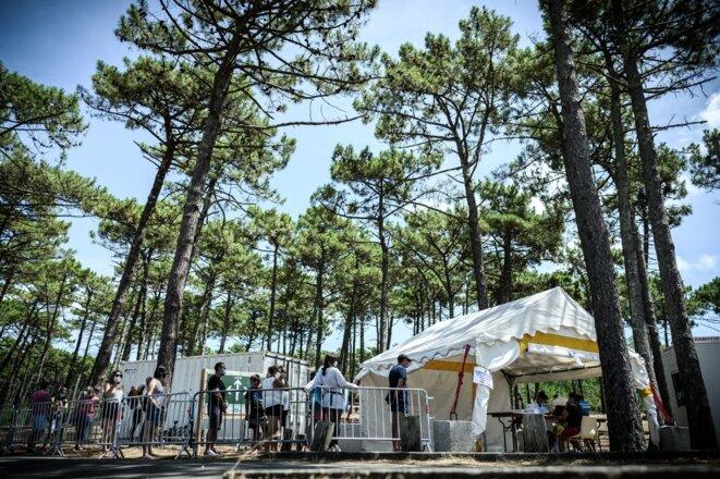 Des gens attendent de se faire tester gratuitement à la plage de Petit Nice à La Teste-de-Buch, dans le Sud-Ouest, le 24 juillet 2020. © Philippe Lopez/AFP